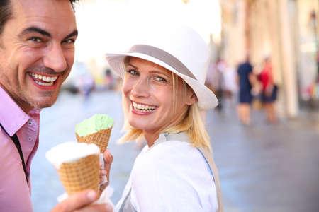 comiendo helado: Pareja alegre en Roma comiendo conos de helado