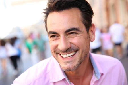 uomo felice: Primo piano di bel ragazzo indossa camicia rosa