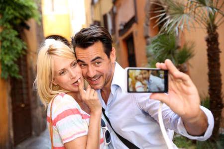 luna de miel: Pareja de turistas tomar la fotograf�a en las calles de Roma