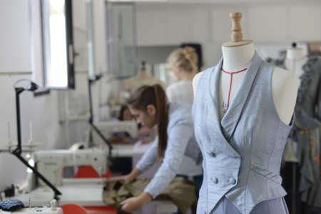 coser: Primer en el maniqu� en la sala de costura Foto de archivo