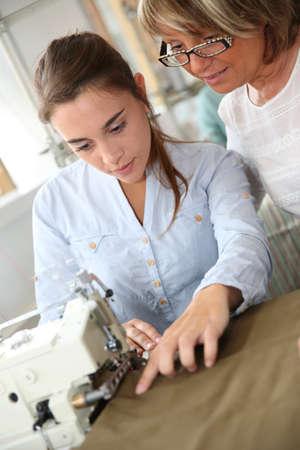 Donna in classe sartoria aiuto dell'insegnante