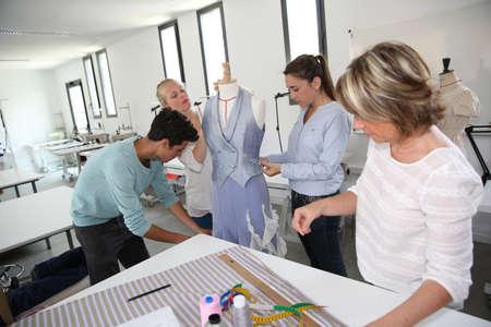 maquina de coser: Grupo de estudiantes en la escuela de formaci�n de corte y confecci�n