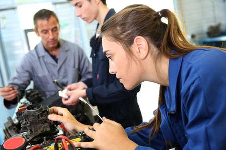 ingeniero: Mec�nica clase de entrenamiento con el maestro y los estudiantes