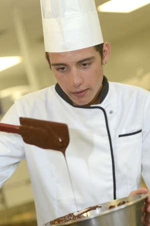 pasteleria francesa: Pasteler�a estudiante cocinero que hace la torta