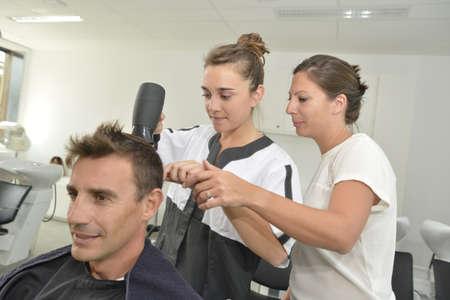 peluqueria: Clase de entrenamiento peinado en sal�n de belleza