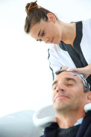 Jonge vrouwen in haar haardracht training wassen klant