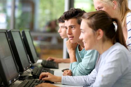 learning computer: Studenti in classe che lavorano su computer desktop