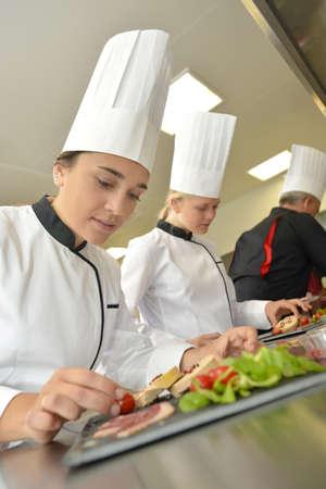 Jongeren in koken training klasse