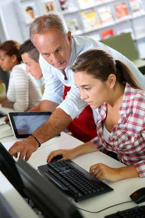 educators: Instructor en el curso de capacitación con los estudiantes