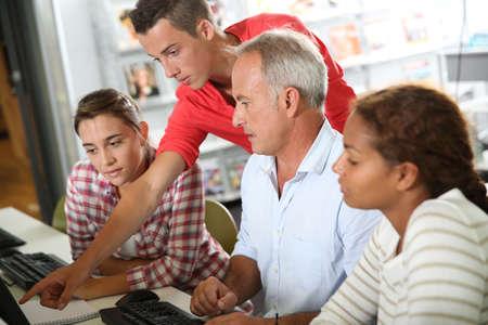 educators: Adolescentes con el profesor en clase de equipos de