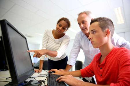 Estudiantes de la escuela de negocios de clase con el profesor Foto de archivo - 20838219