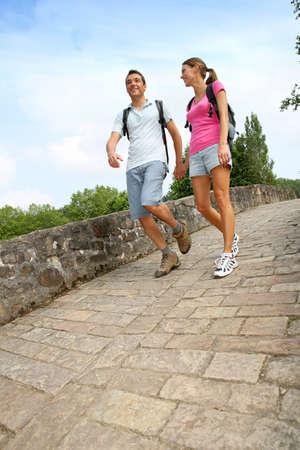두서없는: 로마 다리를 건너 산책하는 날에 커플