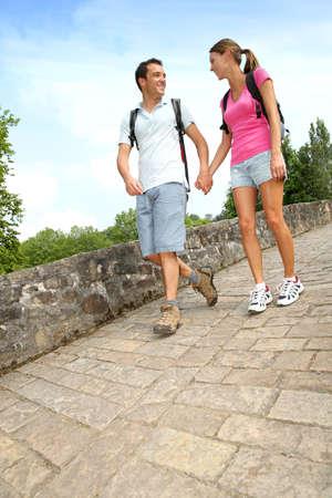 두서없는: 로마 다리를 건너 산책 일에 부부