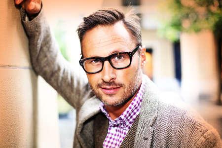 通りで眼鏡とトレンディなハンサムな男