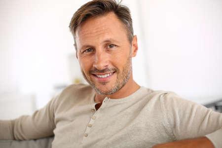 uomo felice: Handsome 40-anno-vecchio uomo di relax nel divano