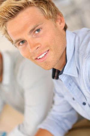 blonde yeux bleus: Portrait de sourire bel homme au travail