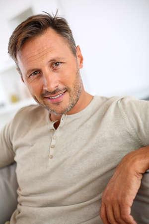 mann couch: Sch�ner 40-j�hrige Mann entspannt im Sofa Lizenzfreie Bilder