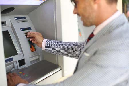 Man die geld van geldautomaat Stockfoto