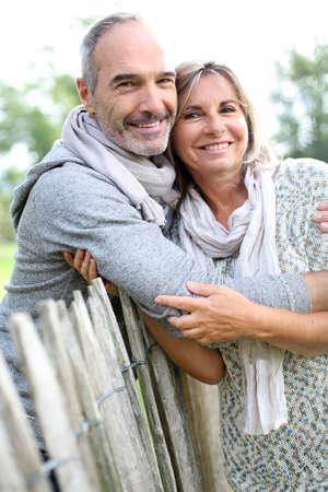 静かな自然を楽しんで元気な年配のカップル