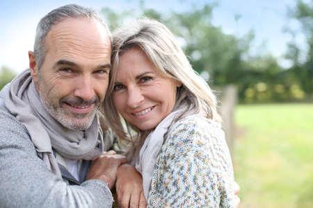 jubilados: Alegre pareja de ancianos disfrutando de la naturaleza pacífica