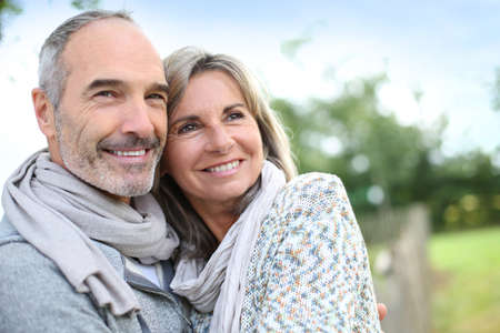 ��smiling: Alegre pareja de ancianos disfrutando de la naturaleza pac�fica