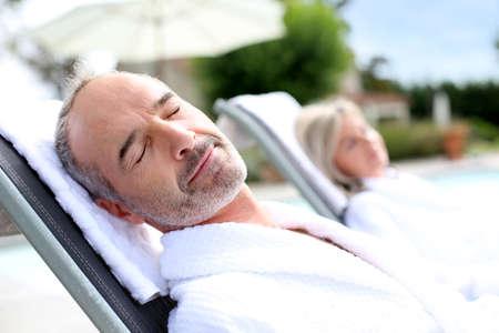relajado: Hombre mayor en hotel spa relajante en silla larga