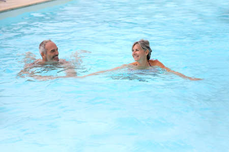 thalasso: Active senior couple dans la piscine de la station Banque d'images