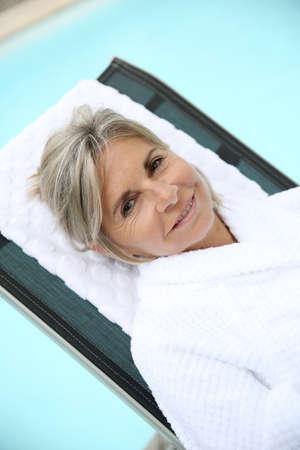 thalasso: Senior femme à l'hôtel spa détente dans un chaise longue