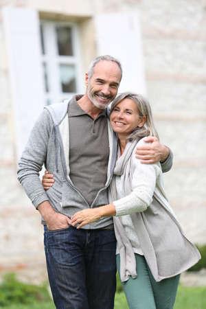 Fröhlich Älteres Ehepaar zu Fuß in Garten Standard-Bild - 22394896