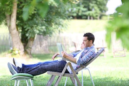 relajado: Pareja de relax en las sillas largas en campo Foto de archivo