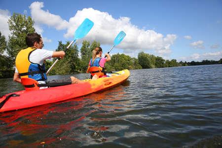 canoa: Pareja montar en canoa en el río