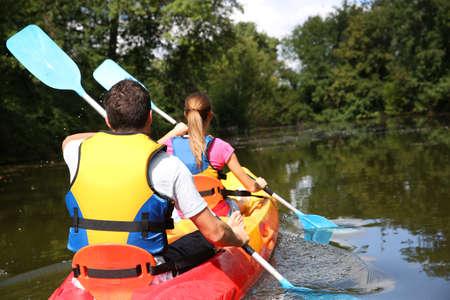 piragua: Pareja montar en canoa en el río