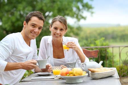 petit dejeuner romantique: D�jeuner romantique dans le jardin de l'h�tel Banque d'images