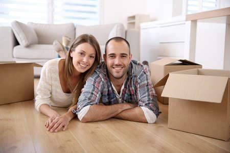 parejas felices: Los adultos j�venes en movimiento en la casa nueva