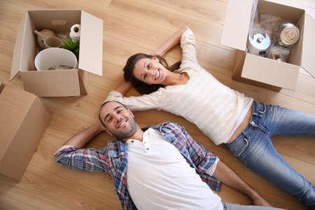 Jonge volwassenen bewegen in het nieuwe huis