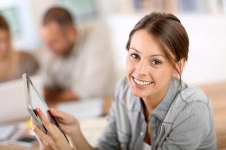 giovane donna: Giovane donna con tavoletta in formazione aziendale