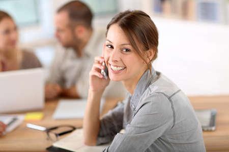hogescholen: Meisje in het kantoor praten over de telefoon