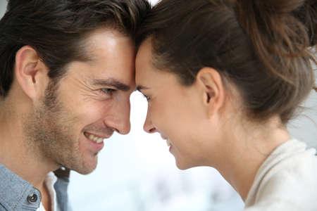 verliefd stel: Profiel van verliefde paar kijken naar elkaar Stockfoto