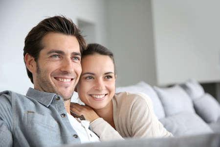 relaxando: Casal em casa relaxando no sof