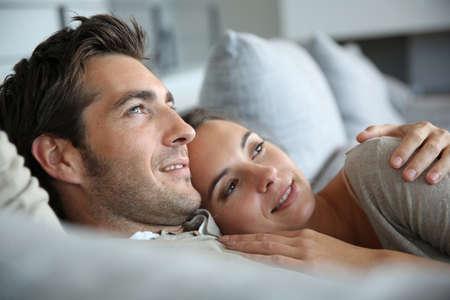 pärchen: Süßes Paar in der Liebe träumen von ihrer Zukunft Lizenzfreie Bilder