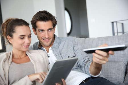 pareja viendo tv: Pareja en busca de programa de televisi�n en Internet Foto de archivo