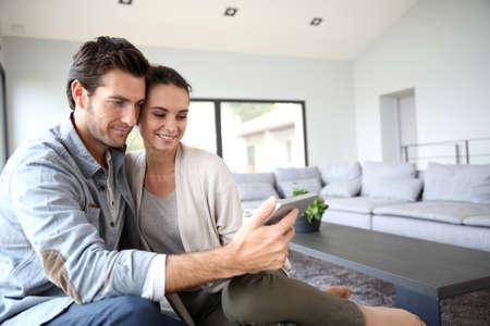 Couple à la maison websurfing sur le net Banque d'images