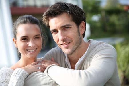 Paar stand draußen vor der neuen Heimat Standard-Bild - 23365226