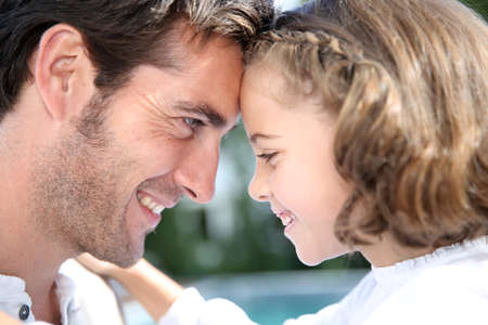 padre e hija: Padre e hija que miran el uno al otro Foto de archivo