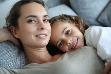 mujer sola: Mam� y la ni�a de relax en el sof�