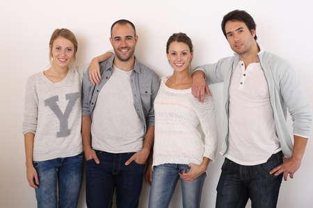 hanging around: Grupo de amigos sonrientes dando vueltas Foto de archivo