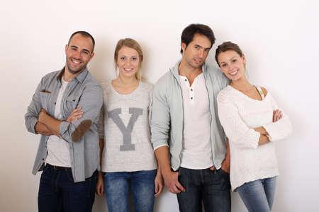 hanging around: Grupo de amigos sonriendo dando vueltas Foto de archivo