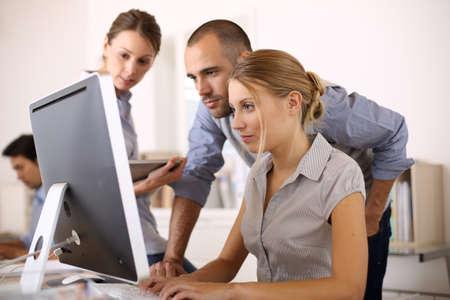 personas trabajando: Los hombres de negocios que trabajan en un proyecto en la oficina