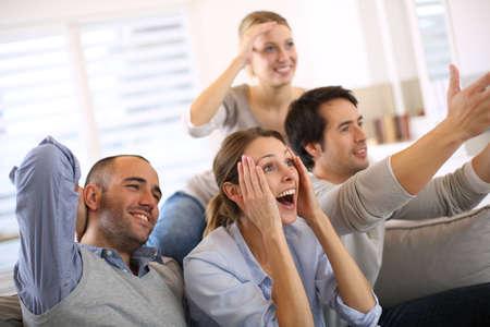 játék: Vidám baráti nézni focimeccsen a tv Stock fotó