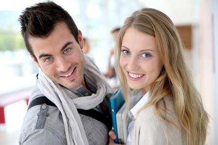 blonde yeux bleus: Amis debout dans le couloir université